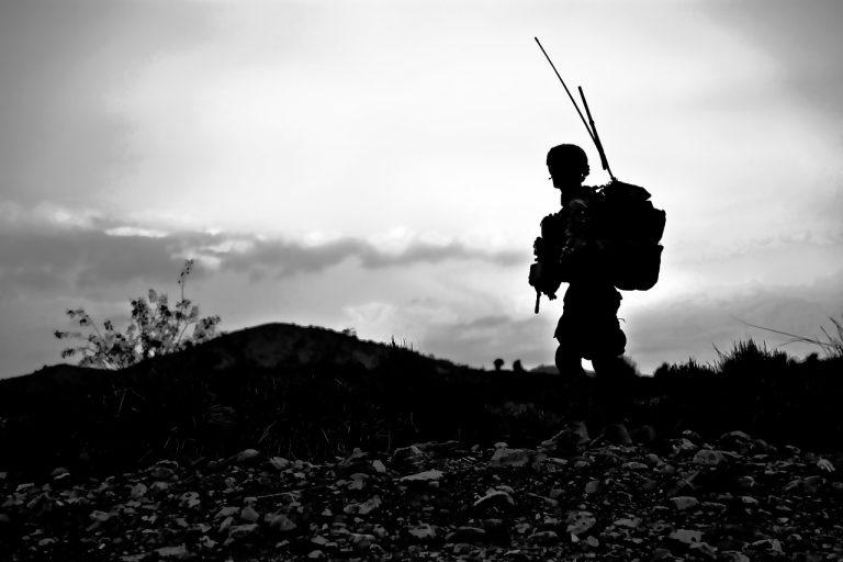חייל סוחב ציוד