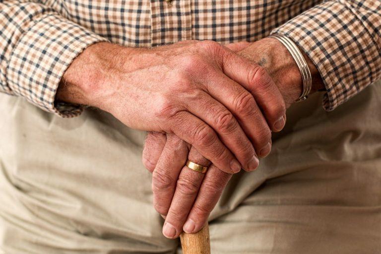 ידיו של מבוגר שפרש