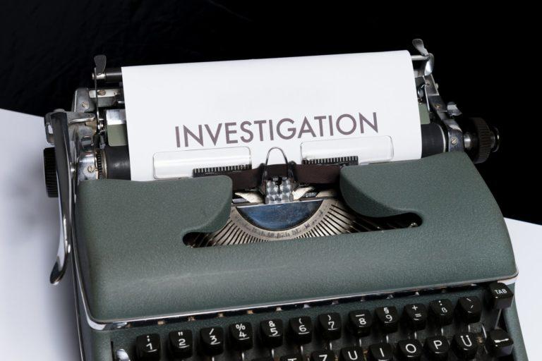 """מכונת כתיבה עם כיתוב """"חקירה"""""""