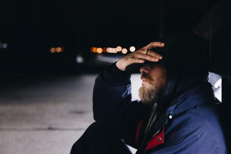 בחור יושב מתוסכל לאחר שאיבד את העבודה